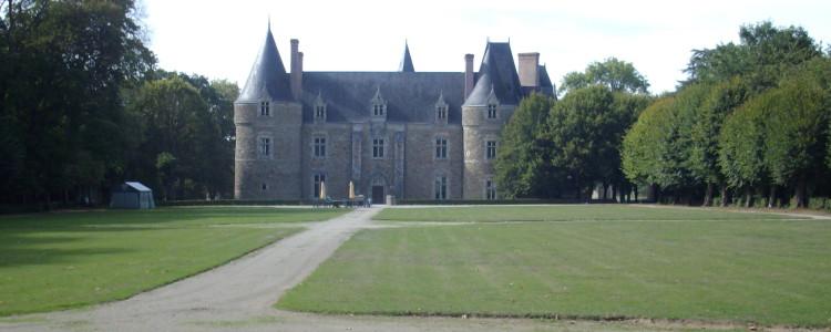 Le château de Lancheneil vu du parc à 15 minutes de Laval