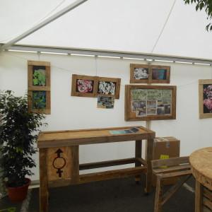 Stands (meubles et cadres) les 3 Eléphants réalisés par les ateliers du foyer de vie Oasis de l'association Lancheneil